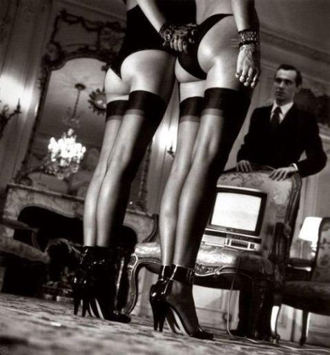 Dos pares de piernas con medias negras